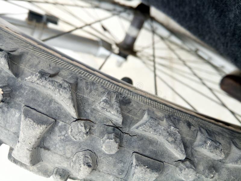 Gammalt gummihjul på makro arkivfoton