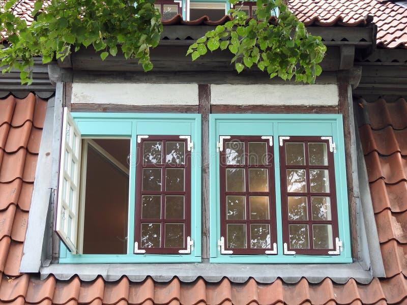Gammalt hem- fönster och tak royaltyfria foton