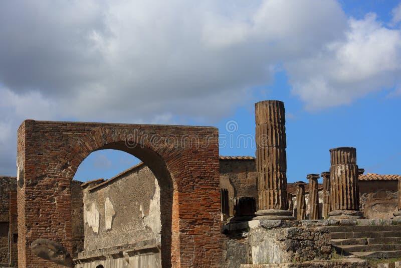 Gammalt historiskt fördärvar den Pompey staden nära den Vesuvius vulkan I sunn royaltyfri fotografi