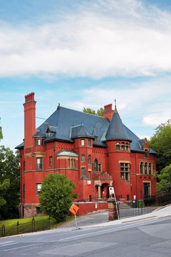 Gammalt historiskt viktorianskt hus med väggar för röd tegelsten i Montreal, Quebec, Kanada royaltyfri fotografi