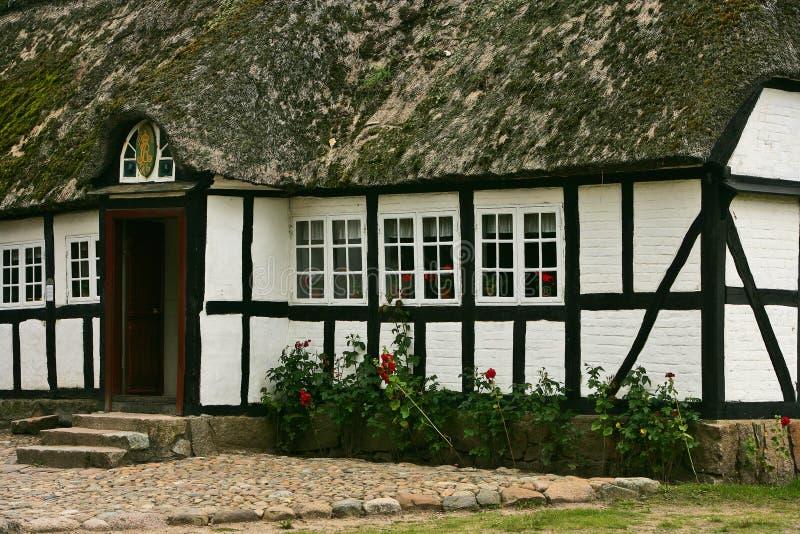 gammalt hus 1700 fotografering för bildbyråer