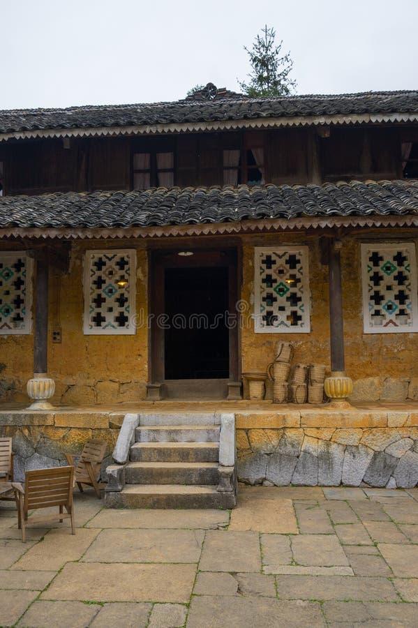 Gammalt hus av person som tillhör en etnisk minoritet i Ha Giang, Vietnam royaltyfri fotografi