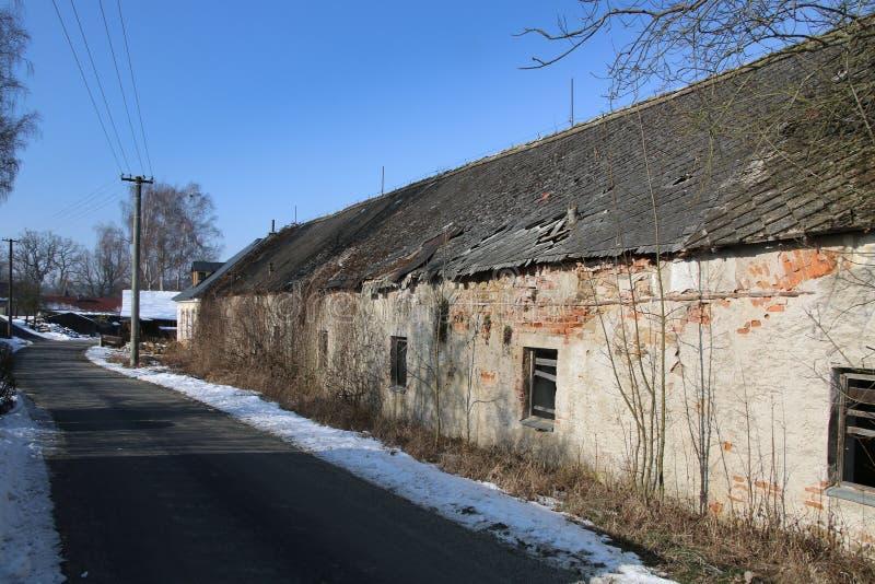 Gammalt hus i by arkivbild