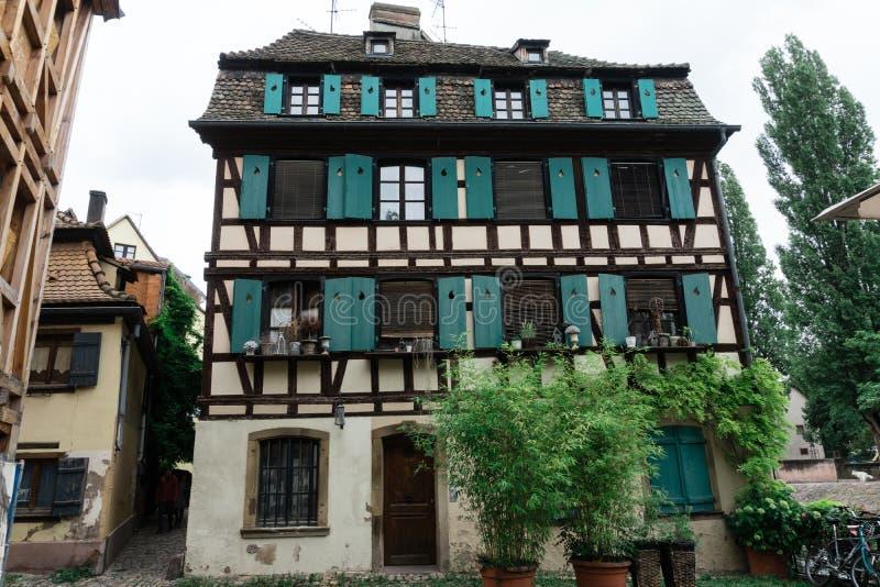 Gammalt hus i det petit Frankrike för la området på Strasbourg arkivbild