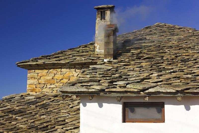 Gammalt hus i Shiroka Laka royaltyfria bilder