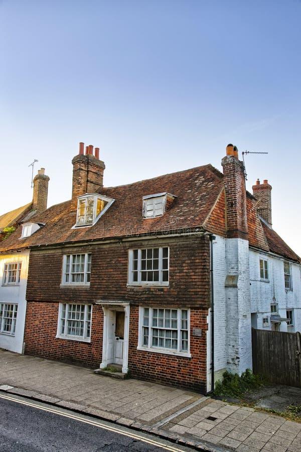 Gammalt hus i strid i östliga Sussex i England royaltyfri fotografi