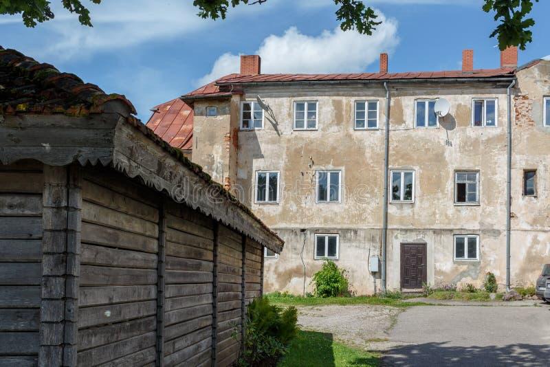 Gammalt hus i Talsi, Lettland, gatasikt royaltyfri fotografi