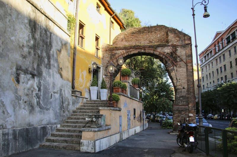 Gammalt hus med antikvitetbågen, Rome, Italien royaltyfri fotografi