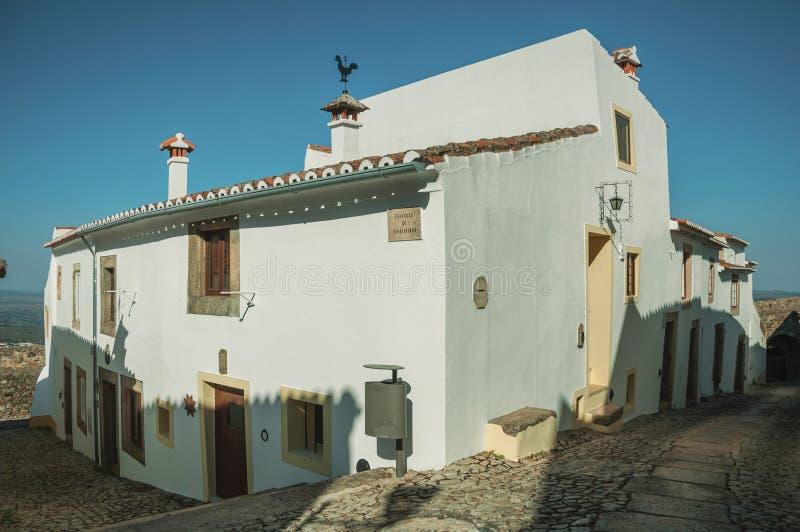 Gammalt hus med den kalkade v?ggen i en gr?nd av Marvao royaltyfri foto