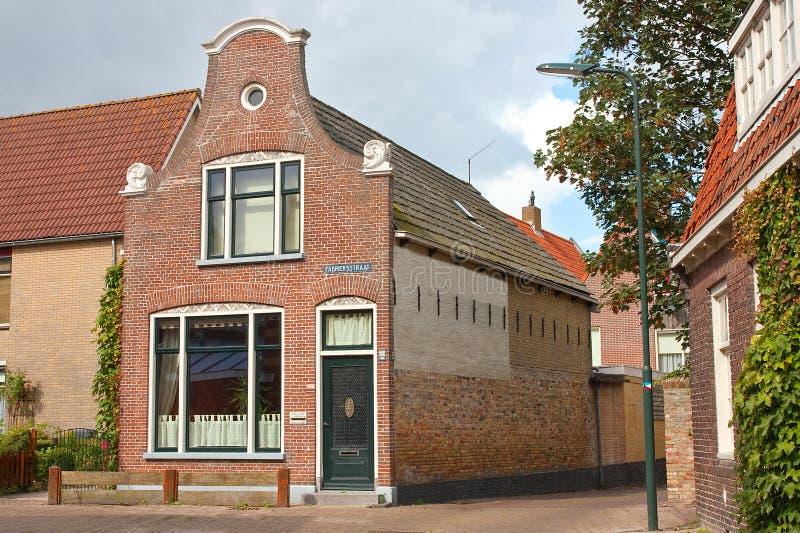 Gammalt hus med en holländsk gavel royaltyfria bilder