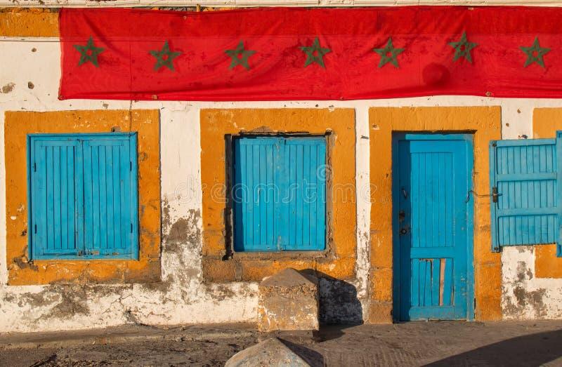 Gammalt hus med en marockansk flagga royaltyfria foton