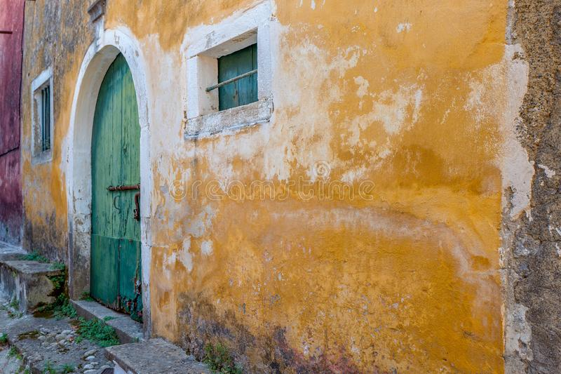 Gammalt hus med en packad vägg fotografering för bildbyråer