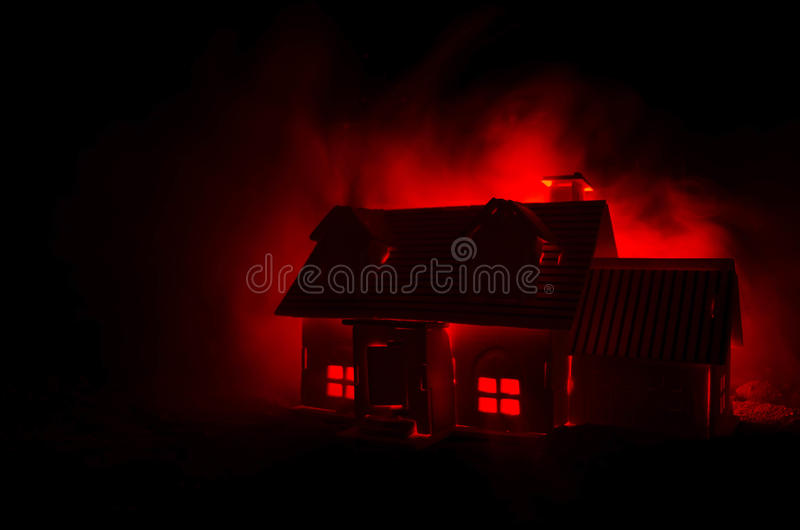 Gammalt hus med en spöke i den månbelysta natten eller övergett spökat fasahus i dimma, gammal mystikervilla med den overkliga st arkivfoto