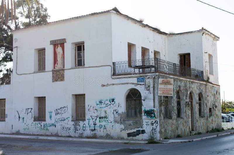 Gammalt hus med grafitti på väggarna i Grekland royaltyfri fotografi