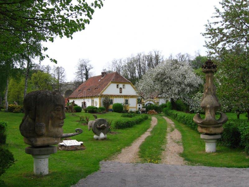 Gammalt hus med skulpturer royaltyfri bild
