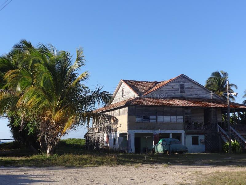 Gammalt hus på stranden i Varadero royaltyfri bild