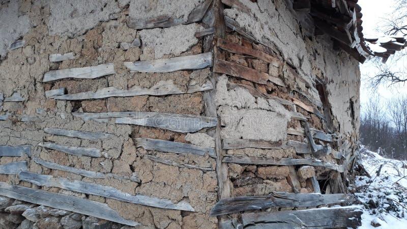 Gammalt hus som göras av trä och gyttja royaltyfri bild
