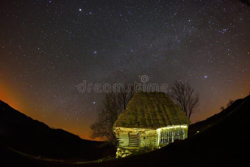 Gammalt hus under stjärnor arkivfoto