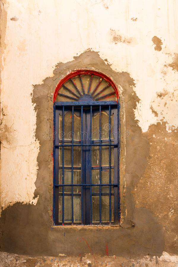 Gammalt husfönster, Safi, Marocko arkivfoton