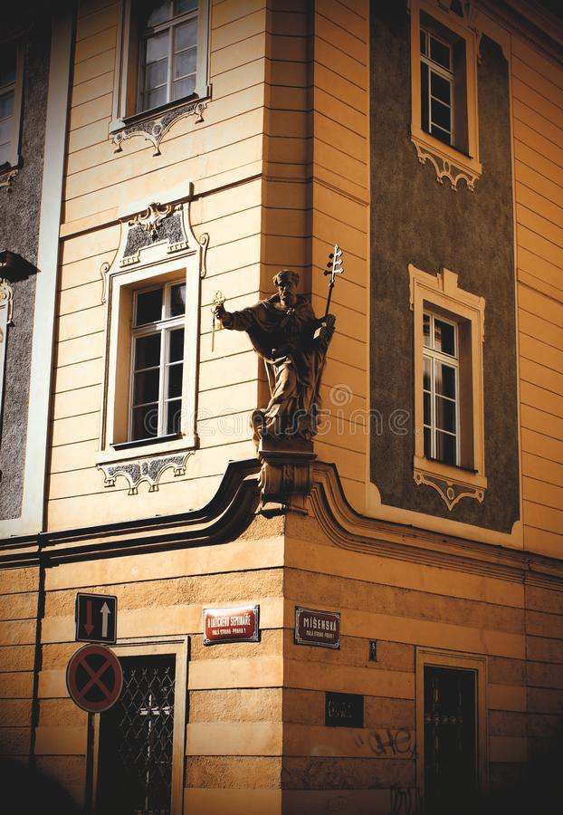 Gammalt hushörn i Prague royaltyfria foton