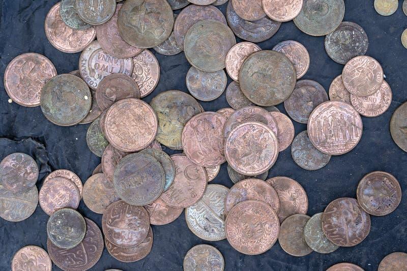Gammalt indisk myntbakgrund för tappning i indisk marknad på gatan i Rishikesh, Indien royaltyfri foto