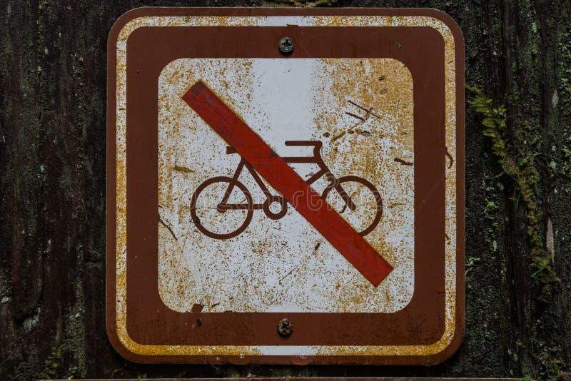 Gammalt inget cykeltecken royaltyfri foto