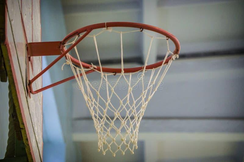Gammalt inomhus basketbeslag i idrottshall på skolan royaltyfri foto