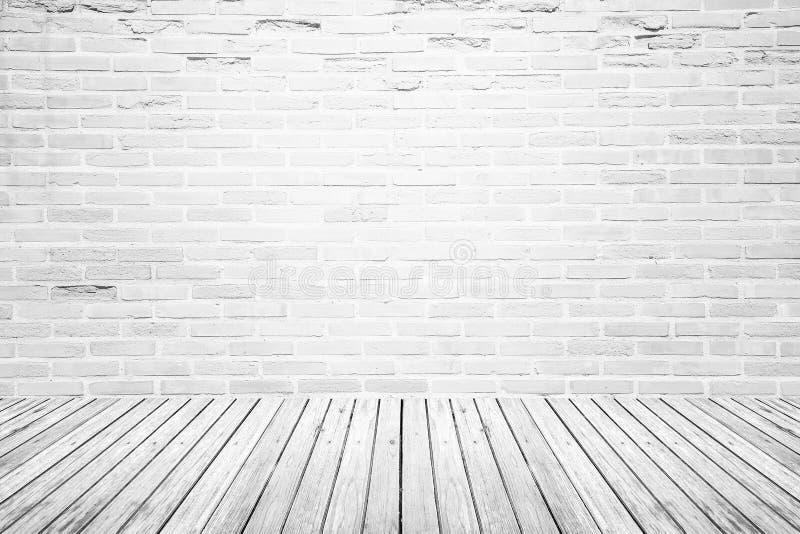 Gammalt inre rum med tegelstenväggen och trägolvet fotografering för bildbyråer