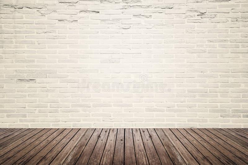 Gammalt inre rum med tegelstenväggen och trägolvet royaltyfri fotografi