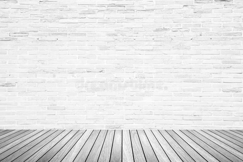 Gammalt inre rum med tegelstenväggen och trägolvet arkivfoton