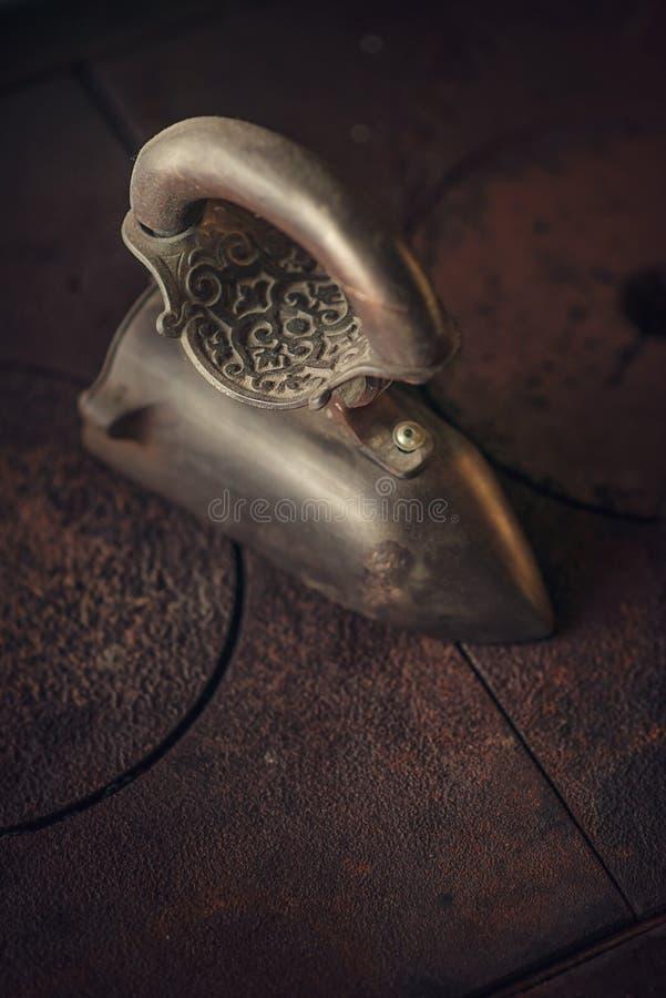 Gammalt järn från gamla tider, stilleben royaltyfri fotografi