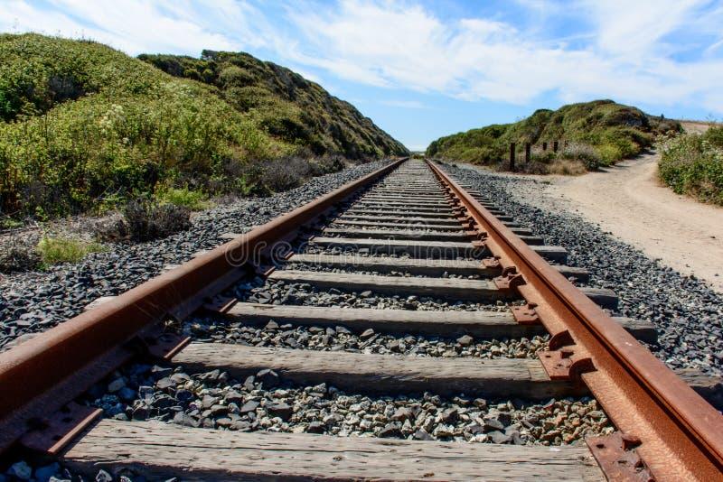 Gammalt järnvägspår under blå himmel royaltyfri fotografi