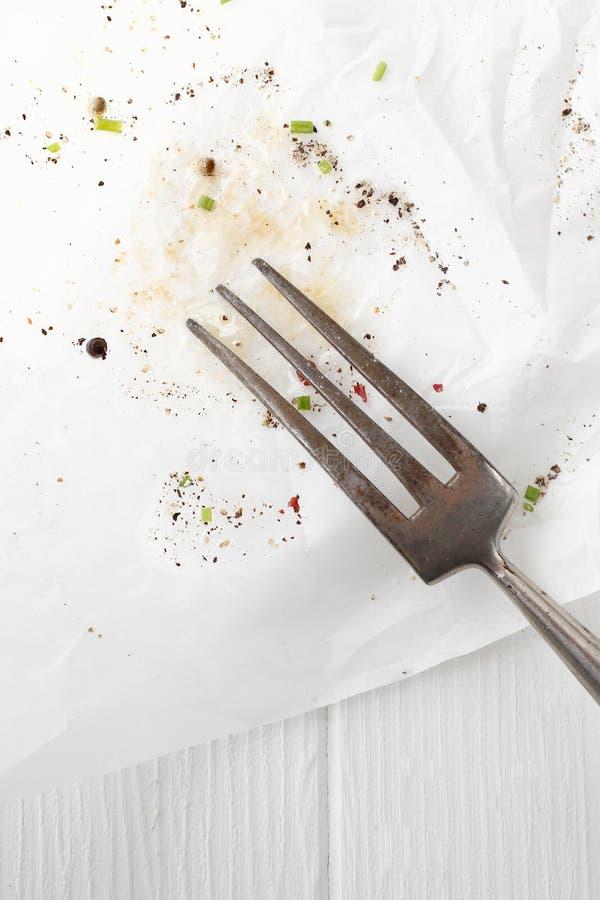 Gammalt kök dela sig på nedfläckadt skyler över brister arkivfoto