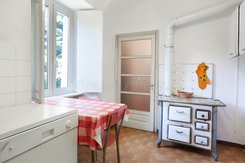 Gammalt kök med ugnen i normal inre royaltyfri foto
