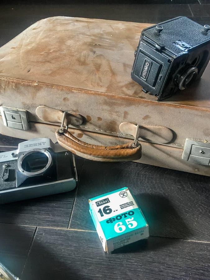 Gammalt kamera- och filmdamm royaltyfria bilder