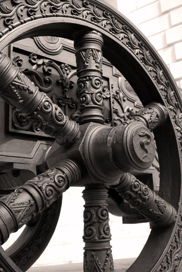 Gammalt kanonhjul kremlin moscow Lokal för Unesco-världsarv royaltyfri bild