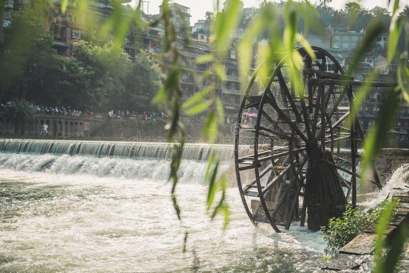 Gammalt kinesiskt trävattenhjul royaltyfria foton