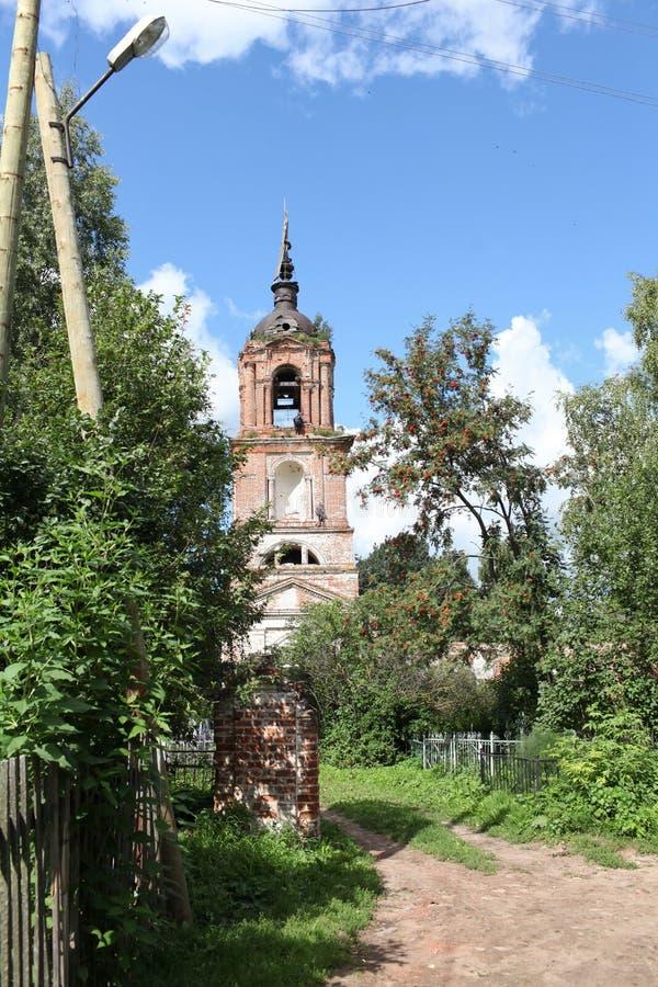 Gammalt klockatorn i en övergiven kyrkogård royaltyfri bild