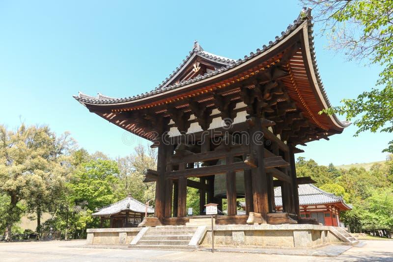 Gammalt klockatorn på den Todai-ji templet i Nara, Japan arkivbilder