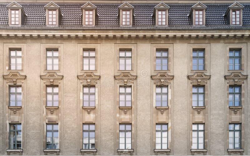 Gammalt kontorshus i Berlin royaltyfri bild
