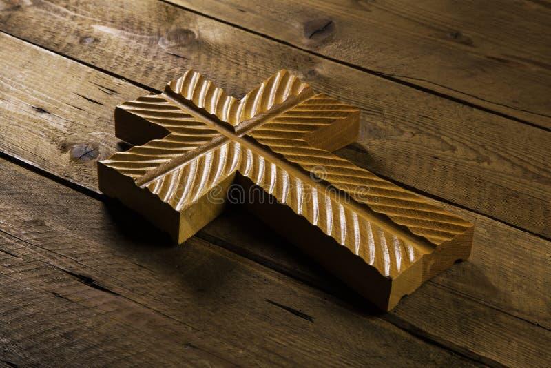 Gammalt kors på träbakgrund för sörja eller dödbegrepp arkivfoton