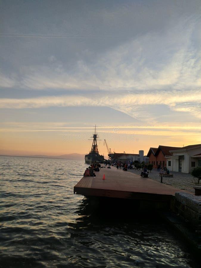 Gammalt krigjagareskepp på hamnen av Thessaloniki Grekland som bedövar solnedgång royaltyfri fotografi