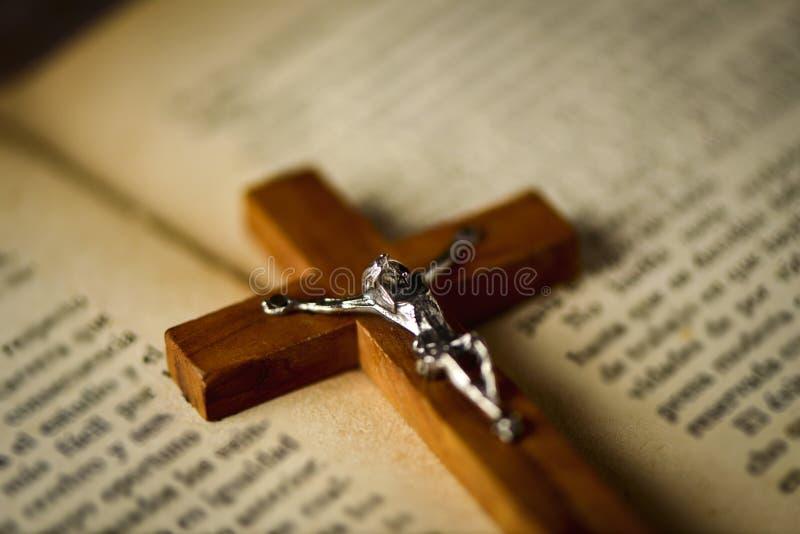 Gammalt kristet kors på en bibel arkivfoton
