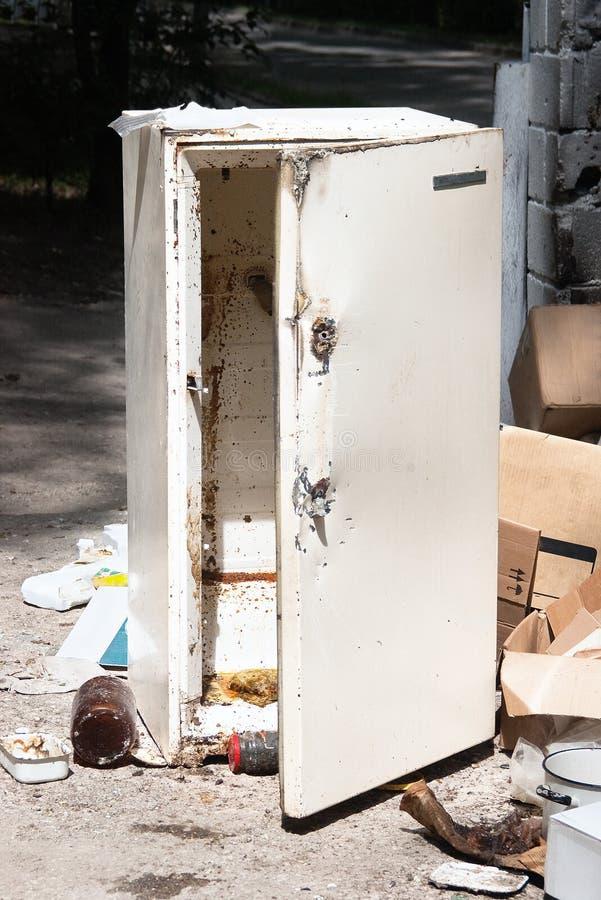 gammalt kylskåp för förrådsplats arkivbild