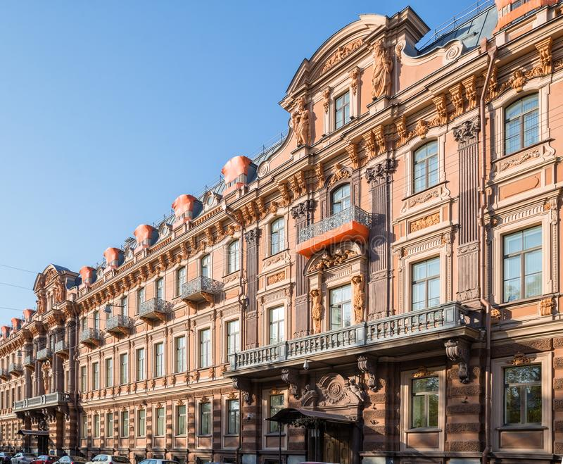 Gammalt l?nande hus av Utin, St Petersburg arkivbild