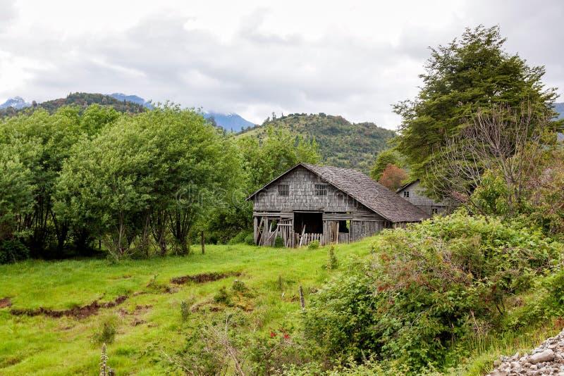 Gammalt ladugårdhus som göras av trä royaltyfri foto