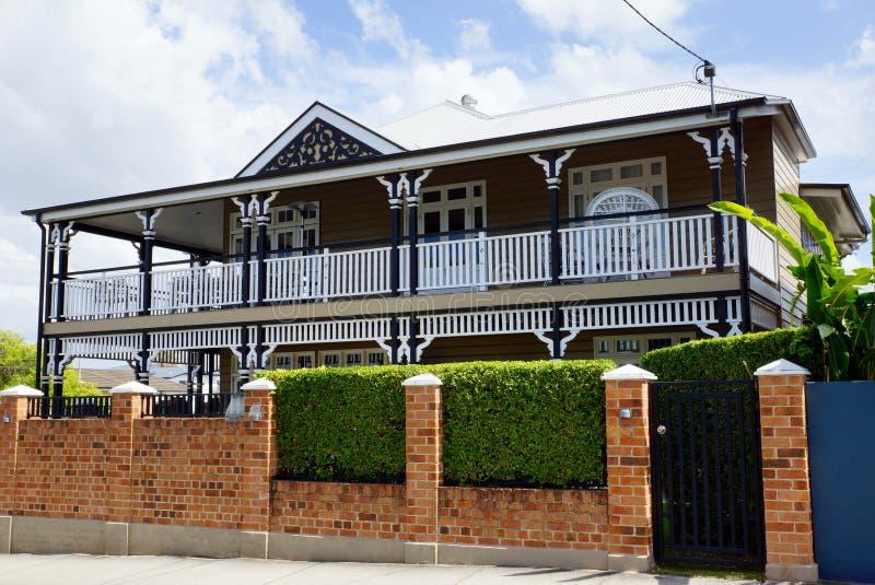 Gammalt land-stil hem med den omgeende terrassen fotografering för bildbyråer