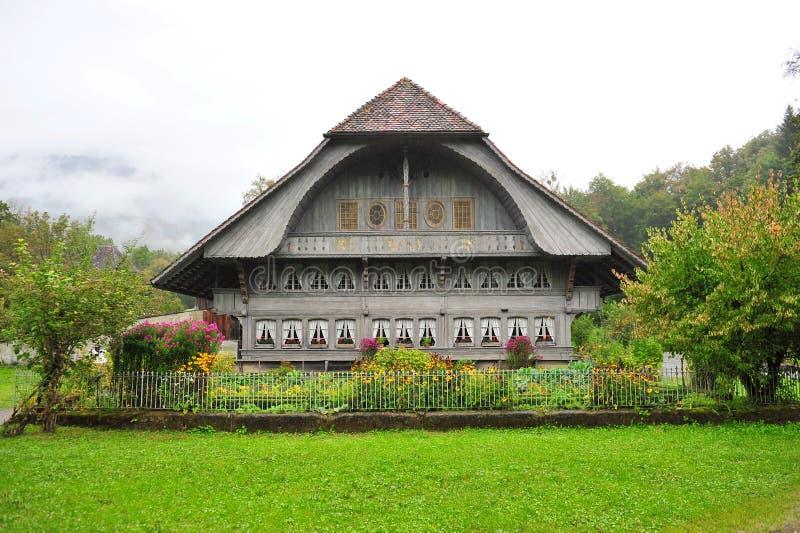 Gammalt lantgårdhus i Ballenberg, ett schweiziskt frilufts- museum i Brienz royaltyfri bild