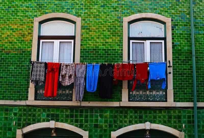 Gammalt Lissabon hus med linneuttorkningen royaltyfri fotografi
