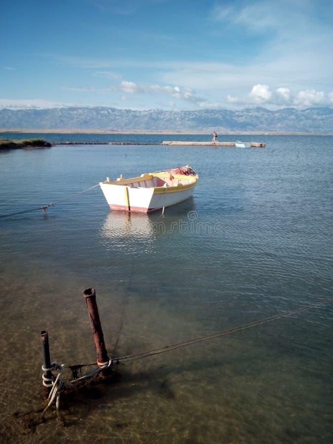 Gammalt litet fartyg i havet, Kroatien royaltyfria foton